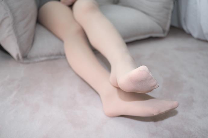 爱穿肉色丝袜的学生萝莉