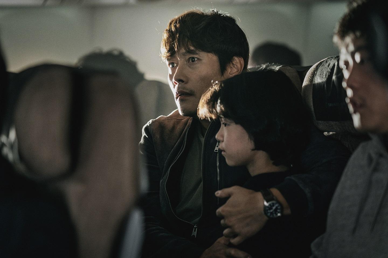 宋康昊新作《紧急迫降》坎城影展亮相媒体试映赞叹:完美的类型电影